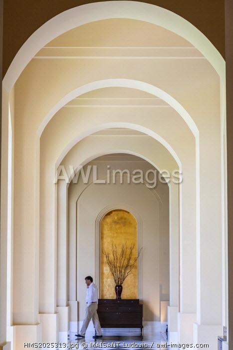 India, New Delhi, Gurgaon, Hotel Trident (Oberoi hotel group) designed by Thai architect Lek Bunag, corridor