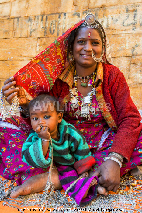 India, Rajasthan state, Jaisalmer, gipsy woman from the Thar desert