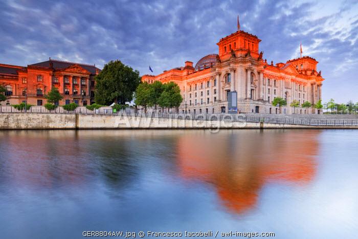 Germany, Deutschland. Berlin. Berlin Mitte. The Regierungsviertel (Government Quarter) the Reichstag.