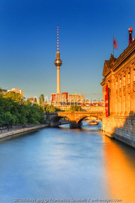 Germany, Deutschland. Berlin. Berlin Mitte.  Alexanderplatz. Berliner Fernsehturm