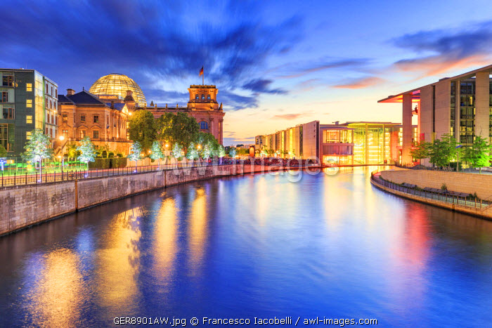 Germany, Deutschland. Berlin. Berlin Mitte. The Regierungsviertel (Government Quarter) with the Reichstag (on the left) and the Paul Lobe Haus (on the right)