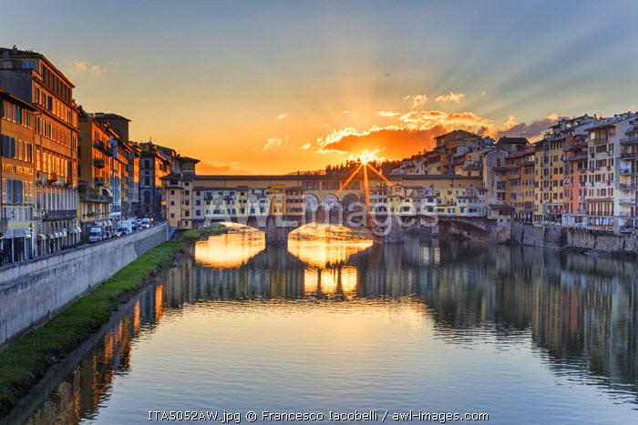 Italy, Italia. Tuscany, Toscana. Firenze district. Florence, Firenze. Ponte Vecchio bridge.