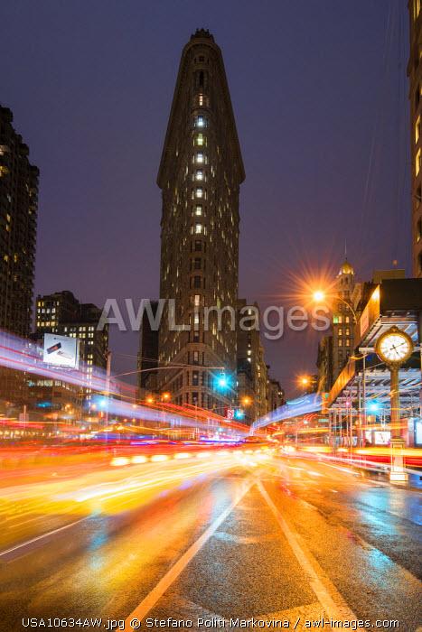 Night view of the Flatiron Building, Manhattan, New York, USA