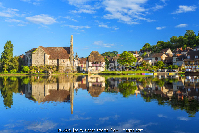 Chapelle des Penitente, Dordogne & houses in the town of Beulieu sur-Dordogne, Correze, Limousin, France