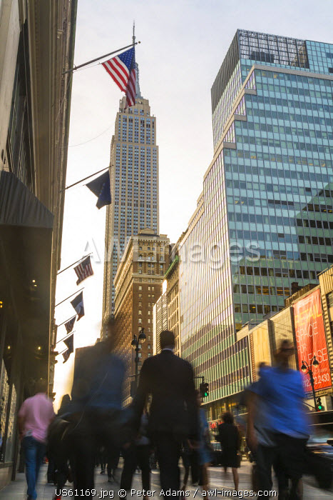 Commuters & shoppers in busy cental Manhattan, New York, USA