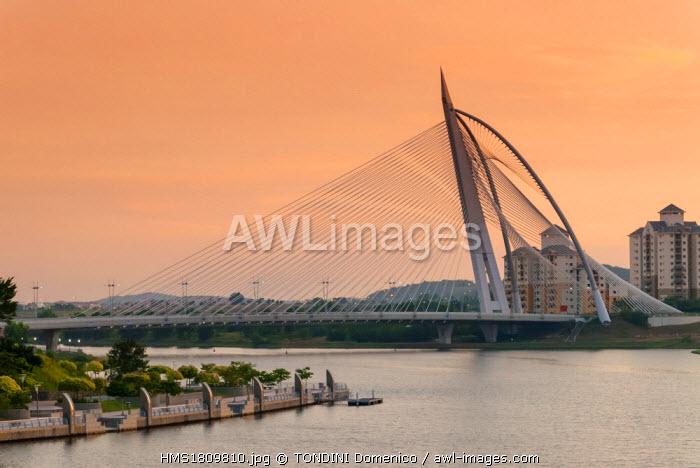 Malaysia, Putrajaya, Putrajaya lake, Seri Wawasan Bridge