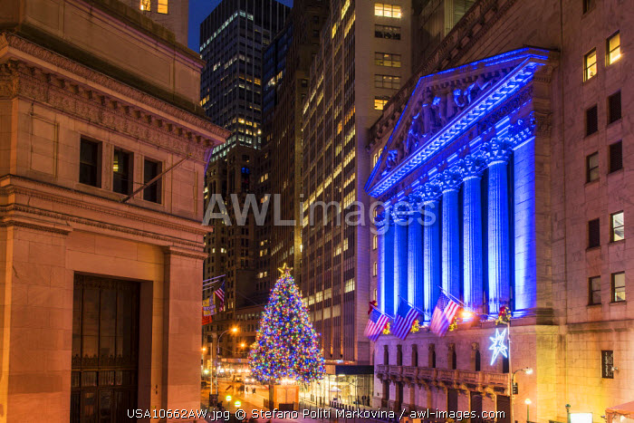 awl-images.com - USA / New York Stock Exchange with Christmas tree by night, Wall Street, Lower Manhattan, New York, USA