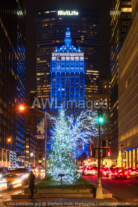 awl-images.com - USA / Christmas tree lighting with Helmsley Building behind, Park Avenue, Manhattan, New York, USA