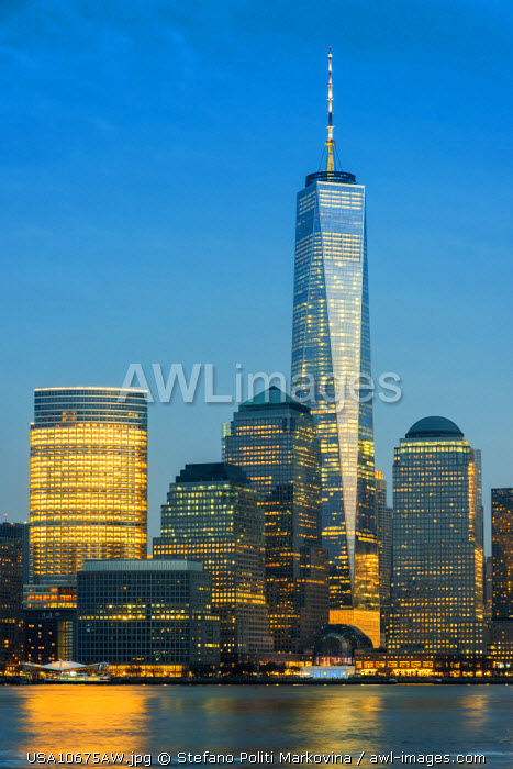 awl-images.com - USA / View at dusk of One World Trade Center and Lower Manhattan financial center, Manhattan, New York, USA