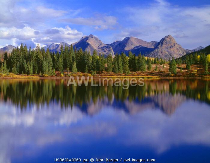 USA, Colorado, San Juan National Forest, Grenadier Range reflects in Molas Lake in autumn