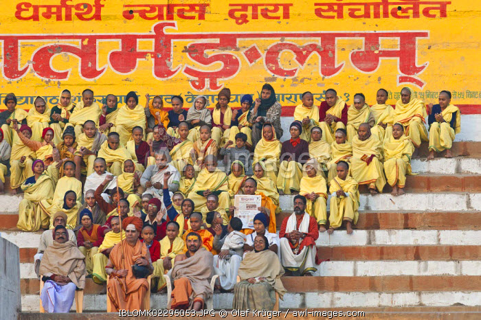Hindu teacher with students, Ghats, steps at the Ganges, Varanasi, Benares or Kashi, Uttar Pradesh, India