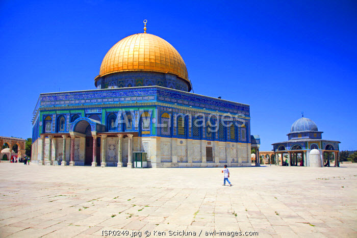 Israel, Jerusalem. A Muslim boy walking in front ot the Dome of the Rock. Unesco.