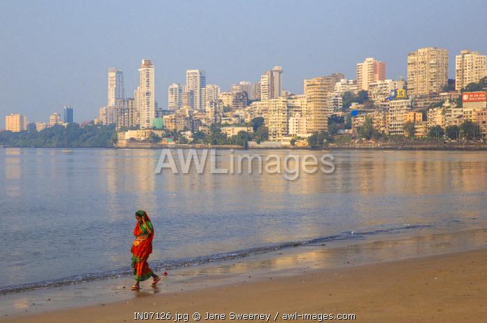 India, Maharashtra, Mumbai, Chowpatty, Woman walking along Chowpatty beach
