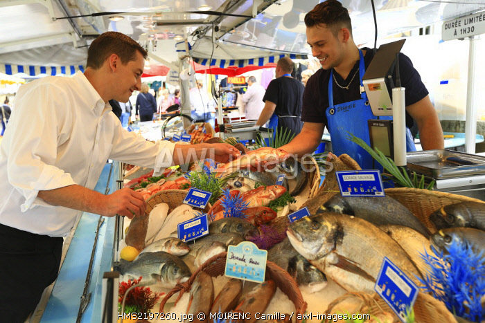 France, Vaucluse, Bedoin, Monday market, itinerant fishmonger Relais seas, Jerome Blanchet chef at the Hotel Crillon Le Brave