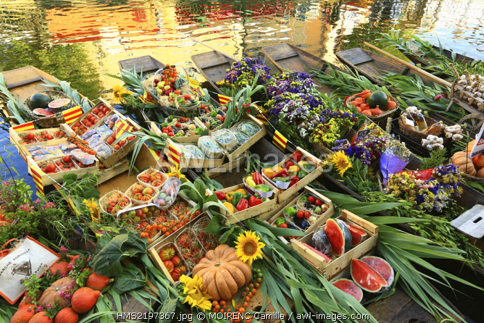 France, Vaucluse, L'Isle sur la Sorgue, quai Jean Jaures, floating market on August 3, negochins sur la Sorgue selling Provencal products