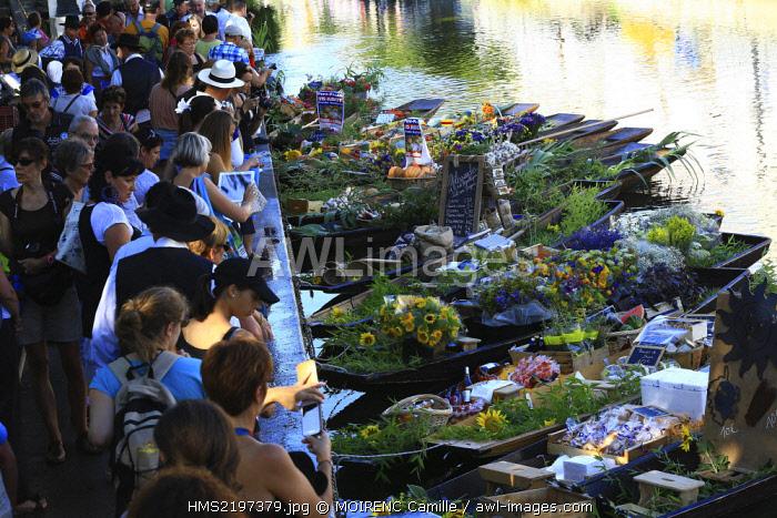 France, Vaucluse, L'Isle sur la Sorgue, quai Jean Jaures, floating market on August 3, negochins sur la Sorgue selling Provencal products