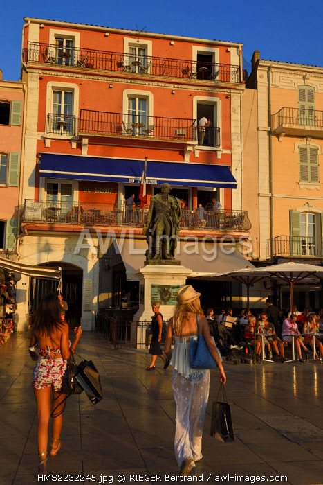 France, Var, Saint-Tropez, statue of vice-admiral Suffren and façade of the Sube hotel on Suffren wharf