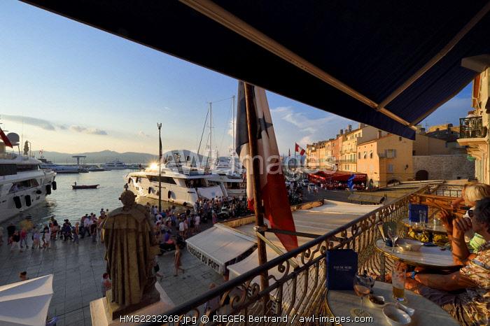 France, Var, Saint-Tropez, quai de Suffren, terrace of the Hotel Sube bar overlooking the harbor