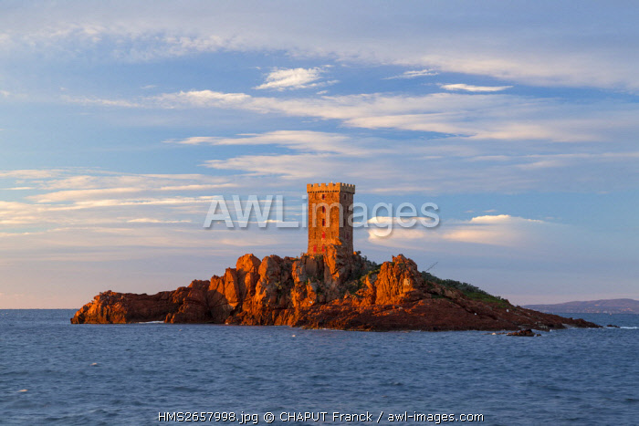 France, Var, Corniche de l'Esterel, Saint Raphael, Ile d'Or in front of the Cap du Dramont