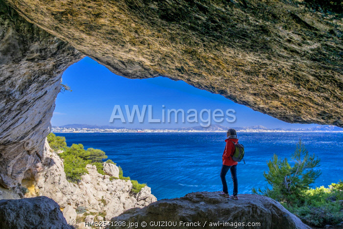 France, Bouches du Rhone, Blue Coast, hiking on the coastal footpath between Niolon and L'Estaque, Marseille in the background