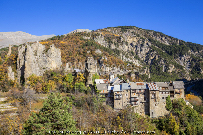 France, Alpes Maritimes, national park of Mercantour, Haut Var, Peone, village at the foot of rocky peaks nicknamed the Young ladies