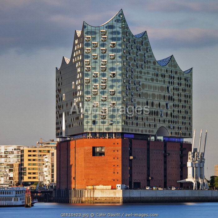 The Elbphilharmonie designed by Herzog & de Meuron Architects overlooking the Elbe River, Hamburg Mitte, Hamburg, Germany.