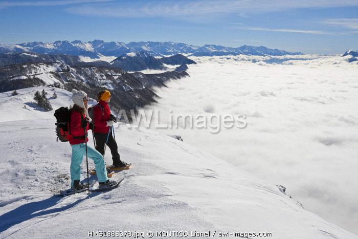 France, Savoie, Parc Naturel Regional du Massif des Bauges (Regional Natural Park of the Massif des Bauges), Domaine des Aillons Margeriaz, women practicing snowshoeing