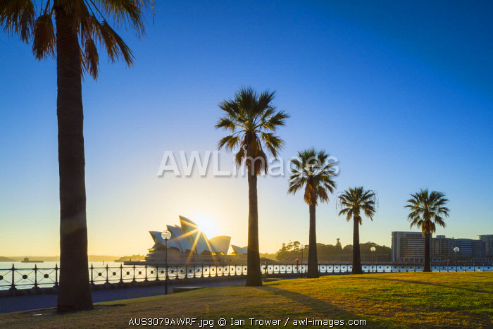 awl-images.com - Australia / Sydney Opera House at sunrise, Sydney, New South Wales, Australia