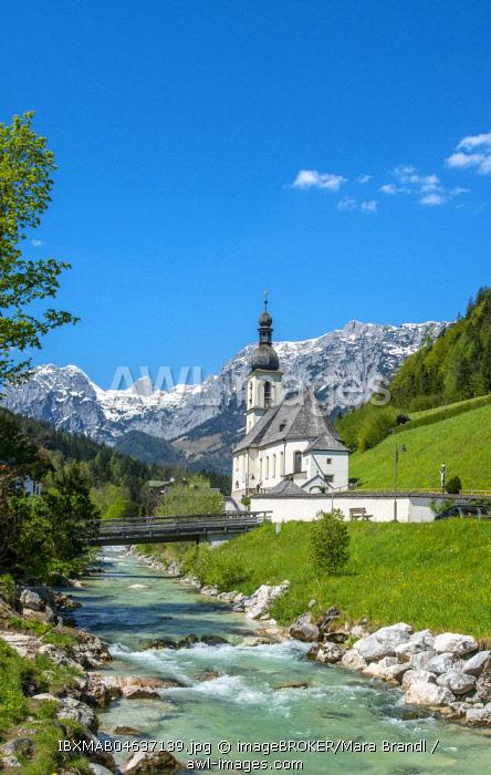 Parish church St. Sebastian, Ramsauer Ache, Reiteralpe in the background, Ramsau, Berchtesgaden area, Upper Bavaria, Bavaria, Germany, Europe