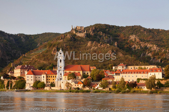 View over the Danube to Durnstein with collegiate church and castle ruin, Wachau, UNESCO World Cultural Heritage Site, Austria, Europe