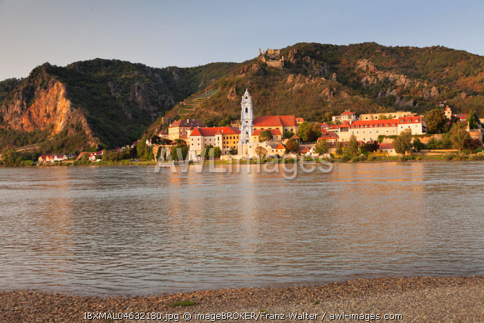 View over the Danube to Durnstein with collegiate church and castle ruin, Wachau, UNESCO World Cultural Heritage Site, Austria, Europe