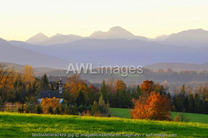 Chapel in Rampertshofen, view from Peretshofener Hohe near Dietramszell, Upper Bavaria, Alpine foothills, Bavaria, Germany, Europe