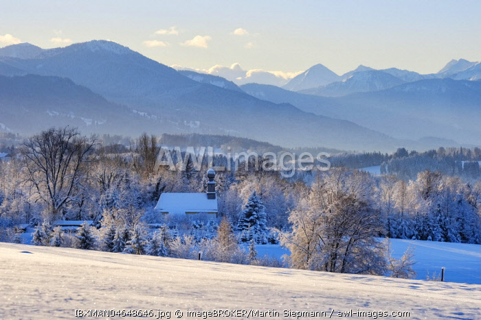 Chapel in Rampertshofen, view from Peretshofener Hohe near Dietramszell, Upper Bavaria, Alpine foothills, Bavaria, Germany, Europe
