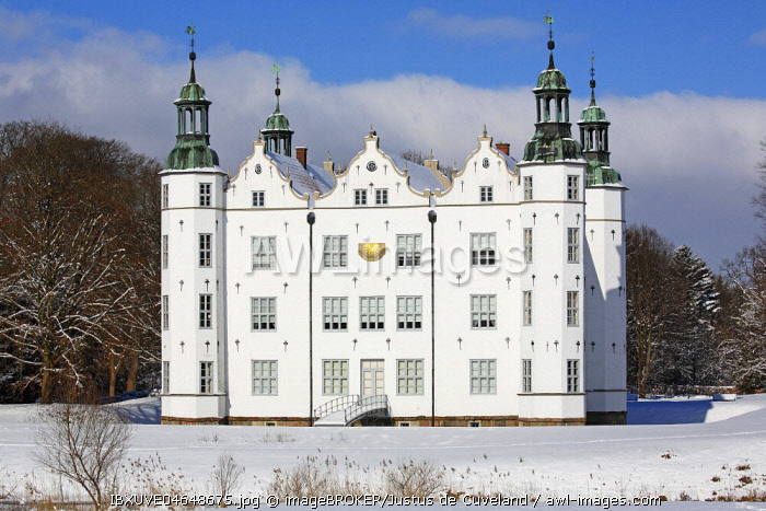 Castle Ahrensburg in the snow, Ahrensburg, District of Stormarn, Schleswig-Holstein, Germany, Europe