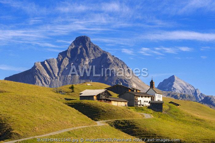 Walser settlement Burstegg with listed Catholic church of Expositurkirche, in front of Berg Biberkopf, Lech am Arlberg, Vorarlberg, Austria, Europe
