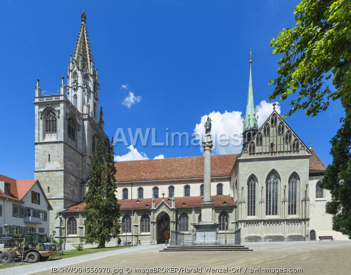 TheMinster of Our Lady, in front the Marien column from 1683 at the Munsterhof, Constance, Baden-Wurttemberg, Germany, Europe