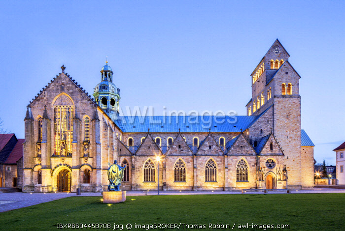 Cathedral of the Assumption of Mary, twilight, Hildesheim, Lower Saxony, Germany, Europe