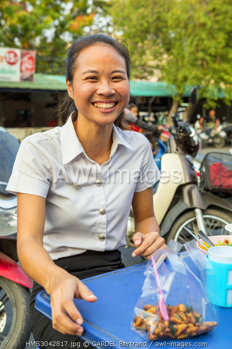 Thailand, province of Phra Nakhon Si Ayutthaya, Ayutthaya, outdoor food stand, young girls enjoying grilled insects