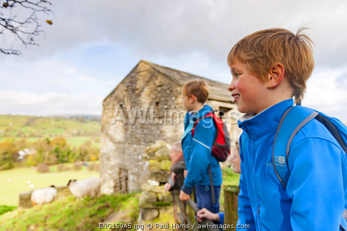 awl-images.com - England / England, Yorkshire Dales, West Burton, Family day out