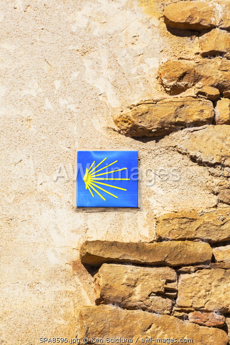 Spain, Navarre, Cirauqui. A sign with the shell of Santiago showing the way on the Camino Frances just after Puenta La Reina where the several routes meet to continue towards Santaigo de Compostela towards the village of Cirauqui.