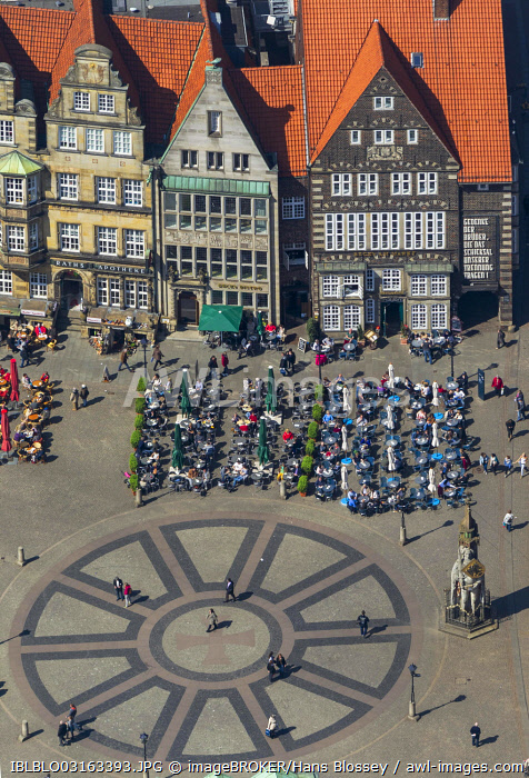 Aerial view, Hanseatic Cross in front of the Bremen Roland statue at Marktplatz, market square, with the Town Hall and gabled houses, Bremen, Bremen, Germany, Europe