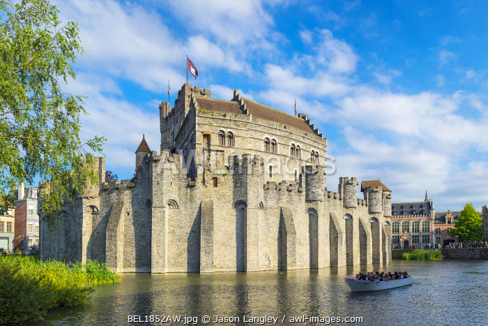 Belgum, Vlaanderen (Flanders), Ghent (Gent). Het Gravensteen castle on the Leie River.