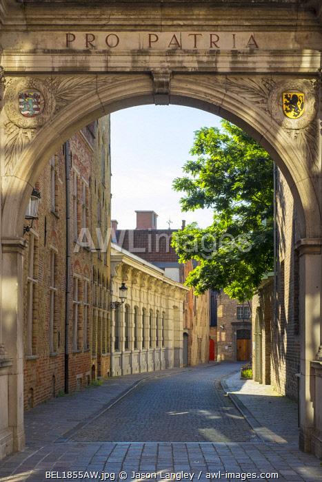 Belgium, West Flanders (Vlaanderen), Bruges (Brugge). Gateway to the Kartuizerinnenstraat from the Oude Burg.