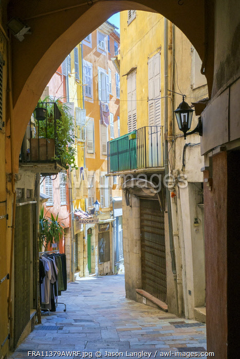 View down small alley in old quarter of Grasse, Alpes-Maritimes, Provence-Alpes-Côte d'Azur, France.