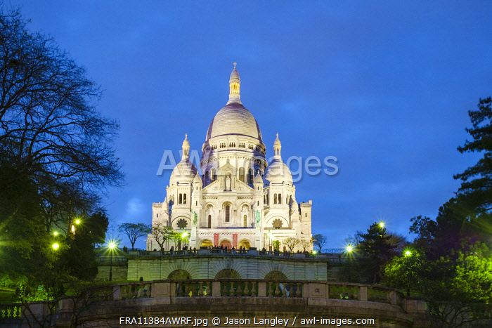 Sacré-Coeur Basilica on the hill of Montmartre at night, Paris, Île-de-France, France