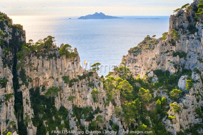 Sailboat passing Calanque d'En-Vau, Parc National des Calanques, Bouches-du-Rhône, Provence-Alpes-Côte d'Azur, France.
