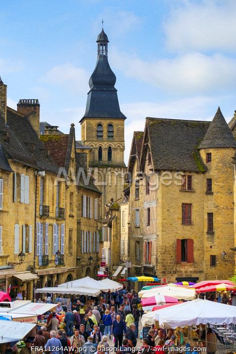 Crowded market square during weekly farmer's market on Place de la Liberté, Sarlat-la-Canéda, Dordogne Department, Aquitaine, France