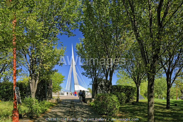 awl-images.com - Canada / Canada, Manitoba, Winnipeg. Walkway to Esplanade Riel Bridge