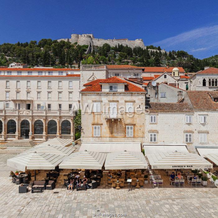 Street cafes at Trg Svetog Stjepana with view to the fortress, Hvar, island Hvar, Dalmatia, Croatia, Europe
