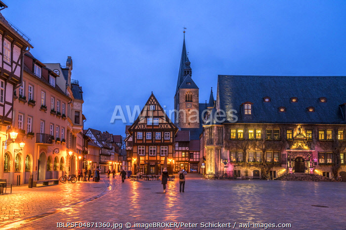 Market square with town hall and market church St. Benedikti at dusk, Quedlinburg, Saxony-Anhalt, Germany, Europe